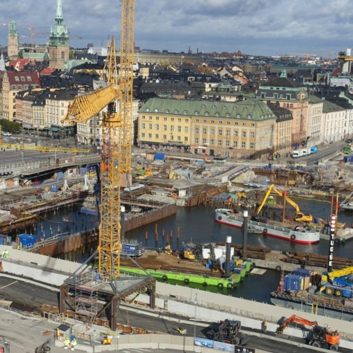 Baustelle Slussen, Stockholm. Der Verkehrsknotenpunkt inmitten Stockholms wird zum vierten Mal seit 1642 umgebaut und soll in Zukunft nicht nur den Stadtteil Södermalm mit der Stockholmer Altstadt verbinden, sondern zudem als ein attraktiver Treffpunkt zum Verweilen einladen.