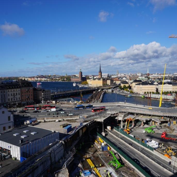 Verkehrsknotenpunkt Slussen, Stockholm, im Hintergrund das Stockholmer Rathaus Stadshuset und die Riddarholmskirche Riddarholmskyrkan