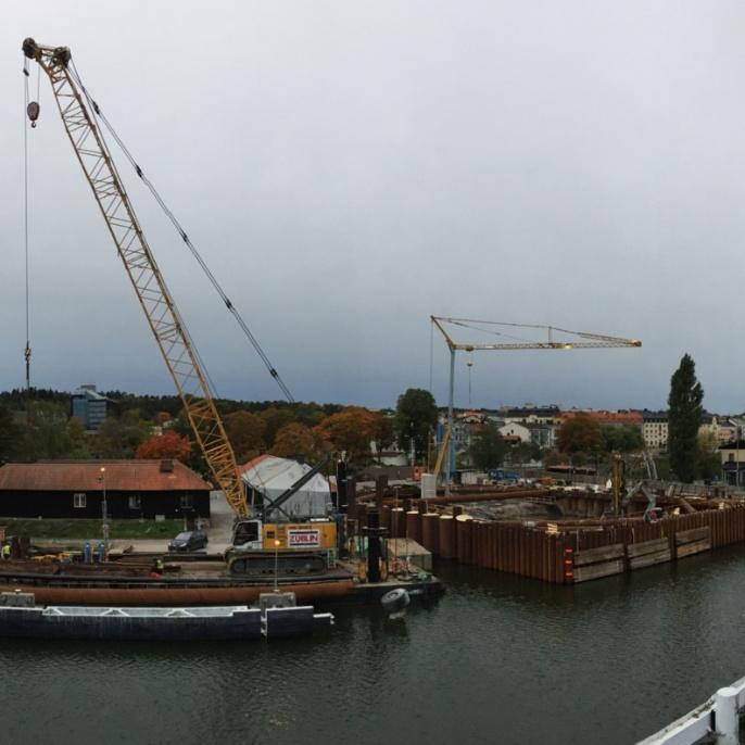 Mälarprojekt Södertälje, Schwimmkranplattform mit Drehtorbaugrube am südlichen Schleusenende
