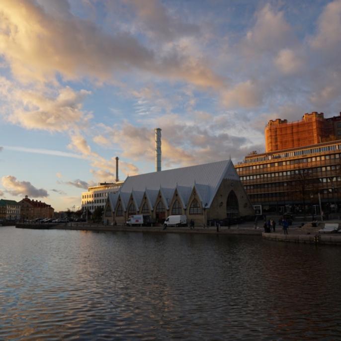 Feskekörka (dt. Fischkirche) in der Abenddämmerung, Göteborg