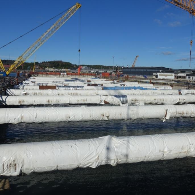 Marieholmstunnel, Göteborg. Tiefe Baugrube im gefluteten Zustand, in der die Tunnelquerschnitte im Trockendock gefertigt und danach eingeschwommen werden