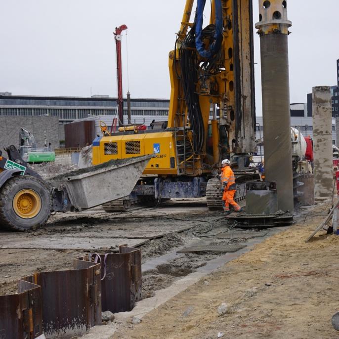 Tiefe Baugrube Alte Post, Kopenhagen, Herstellung der Spundwand und Bentonitabdichtung